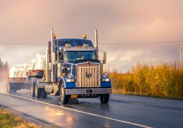 夕方の道路を走るトラック